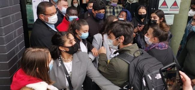 Ils étaient des centaines lundi à l'université Paris-Est Créteil pour leurs épreuves de droit, finalement reportées. Dans le Val-d'Oise et dans l'Essonne, ils sont également nombreux à vouloir privilégier le distanciel
