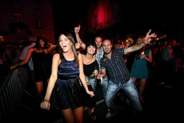 bal des pompier : ambiance rue blanche à paris